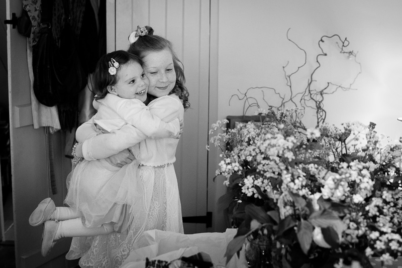 Flowergirls hugging